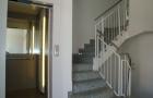 Aufzug mit Treppenaufgang